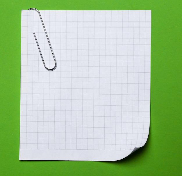 Oficina. clip de papel con un papel sobre la mesa Foto gratis