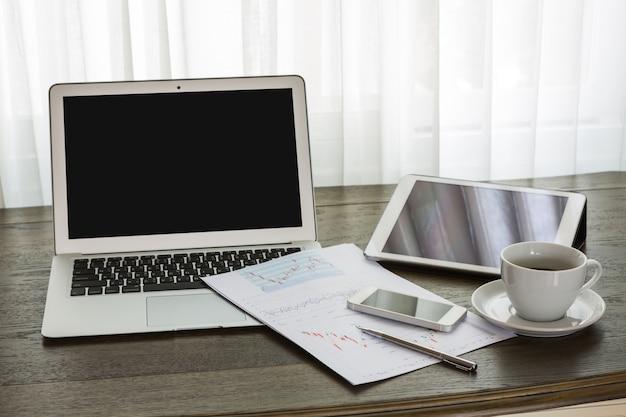 Oficina con ordenador port til y otros elementos de for Oficina portatil
