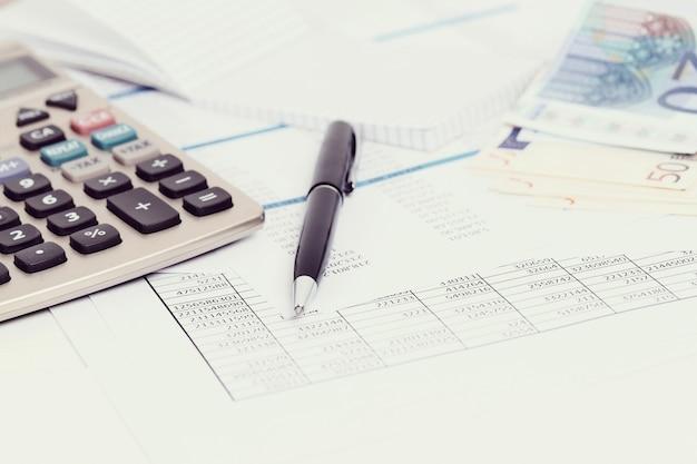 Oficina con documentos y cuentas de dinero. Foto gratis