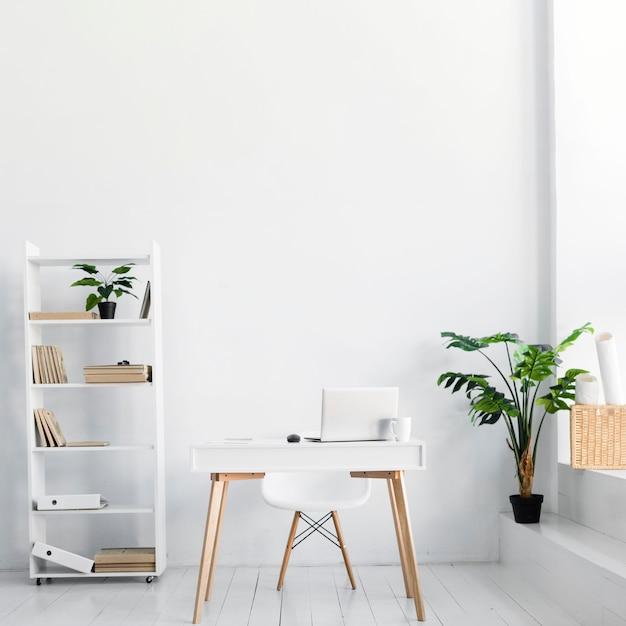 Oficina de estilo nórdico con escritorio y silla. Foto gratis
