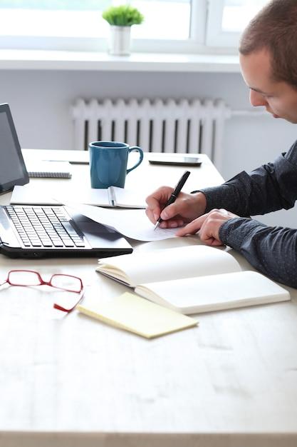 Oficina. hombre independiente en el trabajo en casa Foto gratis