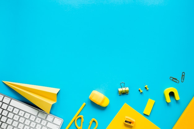Oficina y útiles escolares sobre fondo azul. Foto gratis