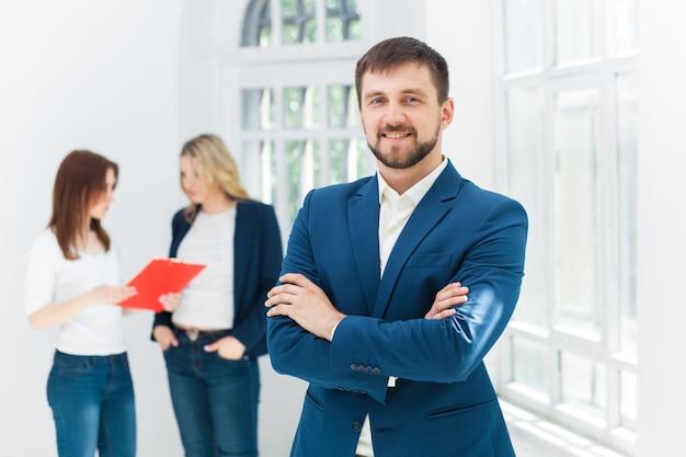 Oficinistas masculinos y femeninos. Foto gratis