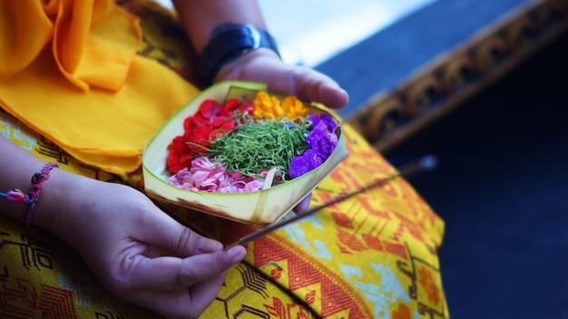 Ofrenda de flores balinesas con incienso Foto Premium