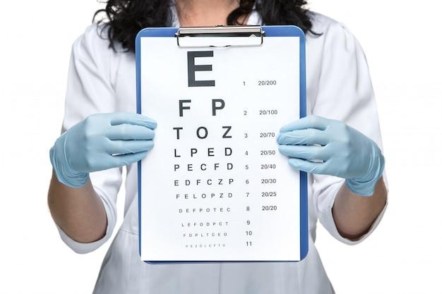 Oftalmólogo masculino con tabla optométrica Foto gratis