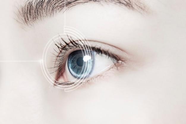 Ojo de mujer con lentes de contacto inteligentes Foto gratis