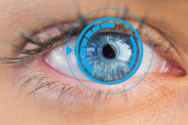 Ojos azules se cierran encima de la tecnología del ordenador Foto gratis