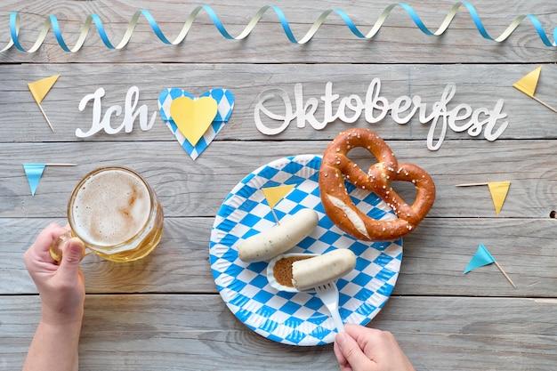 Oktoberfest, comida tradicional del festival: salchichas blancas, pretzel y cerveza. Foto Premium