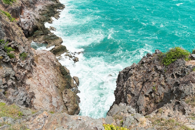 Olas del mar rompiendo contra el acantilado visto desde arriba ... a090152b3c7
