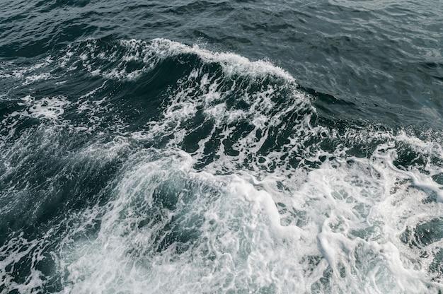 Olas oceánicas causadas por embarcaciones turísticas Foto gratis