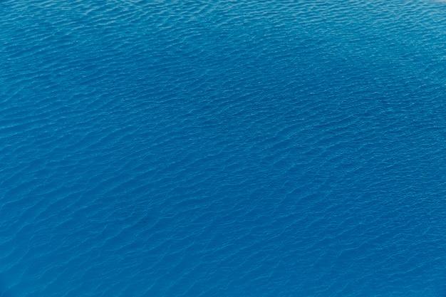 Olas pequeñas en el mar en calma en algún lugar de grecia Foto gratis
