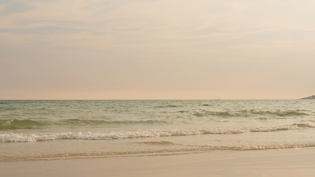 Olas de la playa del océano en playa tropical al atardecer Foto gratis