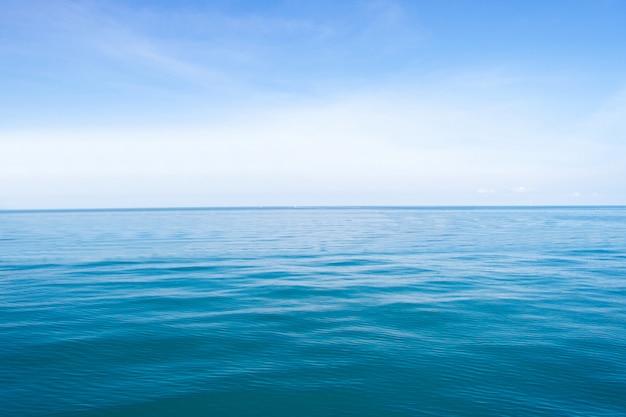 Ondas azules del mar patrón de fondo abstracto de superficie Foto Premium