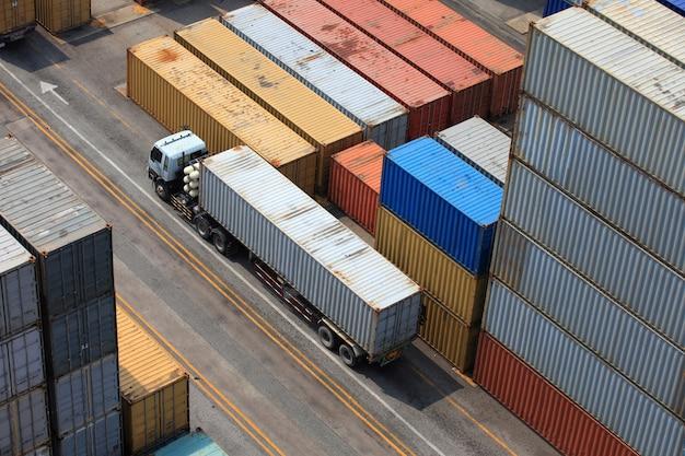 Operación de contenedores en puerto serie. Foto gratis