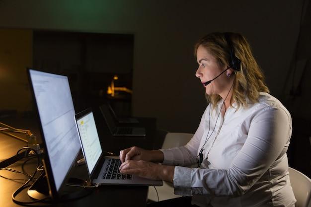 Operador de centro de llamadas femenino en auriculares Foto gratis