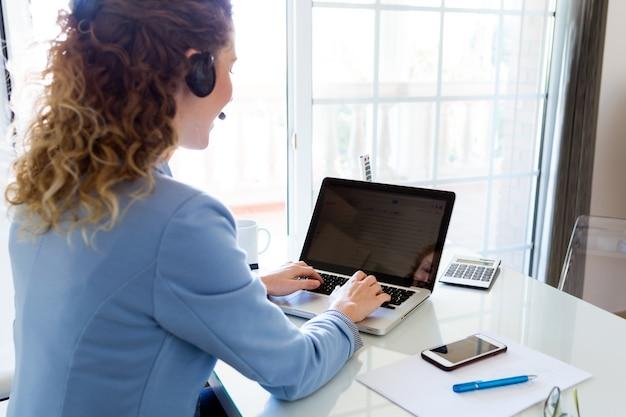 Operador de servicio al cliente hablando por tel fono en for Follando en la oficina gratis