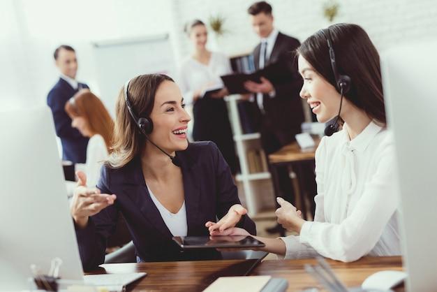 Las operadoras de call center se comunican entre ellas. Foto Premium