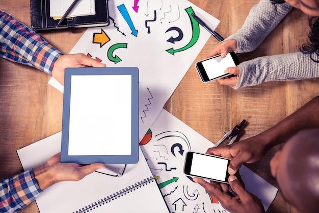 Opinión de arriba los hombres de negocios creativos que trabajan en el escritorio en oficina Foto Premium