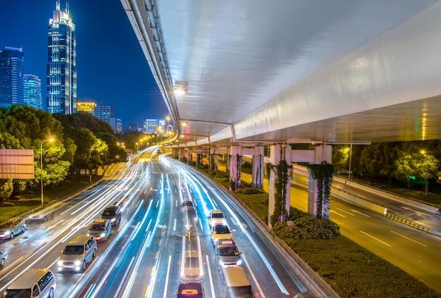 Opinión de la ciudad por la noche con la luz del tráfico y del rastro. Foto gratis