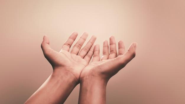Orando manos con fe en la religión y creencia en dios. poder de esperanza y devoción. Foto Premium