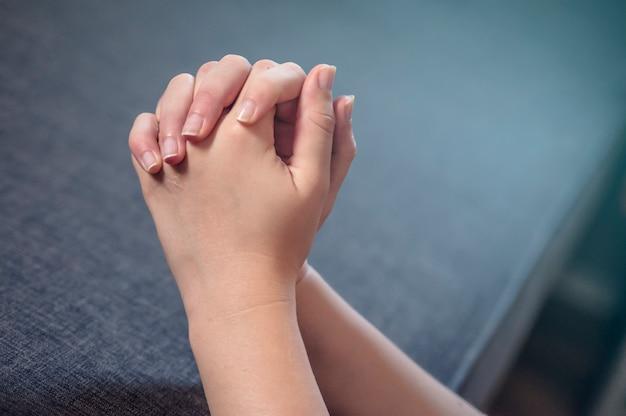 Orando Manos De Mujer Orar Por La Mañana Mujer Orando Con Las