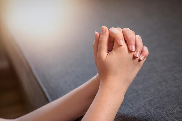 Orar Por La Mañana Mujer Orando Con Las Manos Juntas Descargar