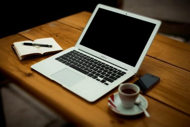 Ordenador port til con caf en escritorio de oficina for Oficina portatil