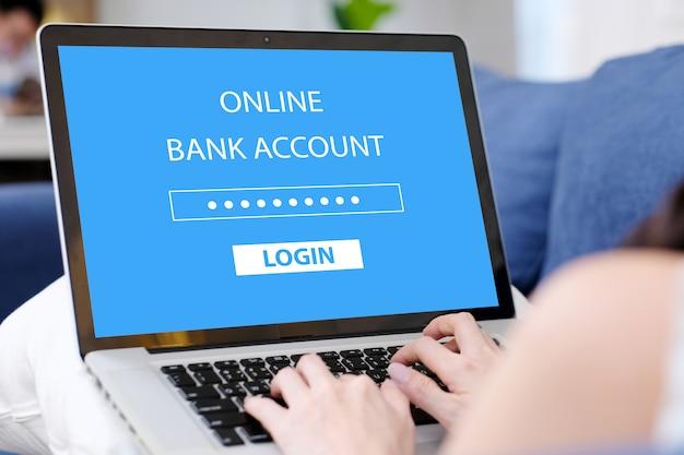 Ordenador portátil de mano de mujer con inicio de sesión de contraseña de cuenta bancaria en línea en casa Foto Premium