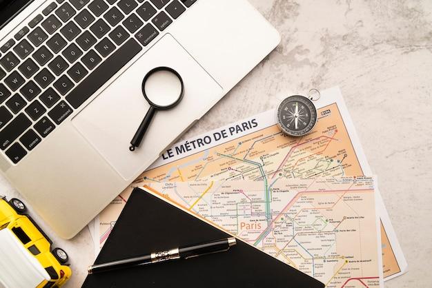Ordenador portátil y mapas sobre fondo de mármol Foto gratis