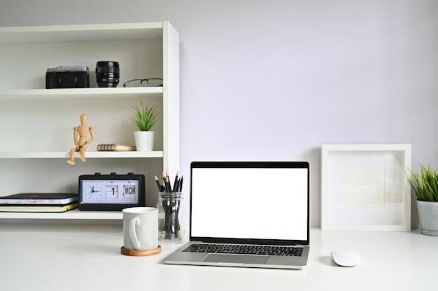 Ordenador portátil de la maqueta y taza de café en espacio de trabajo. Foto Premium