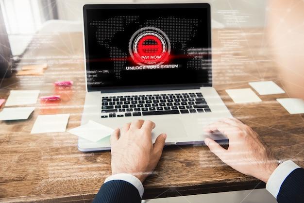 Ordenador portátil con el sistema bloqueado por ransomware Foto Premium
