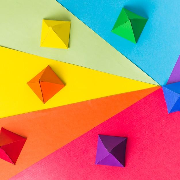 Origami de papel en colores lgbt brillantes. Foto gratis