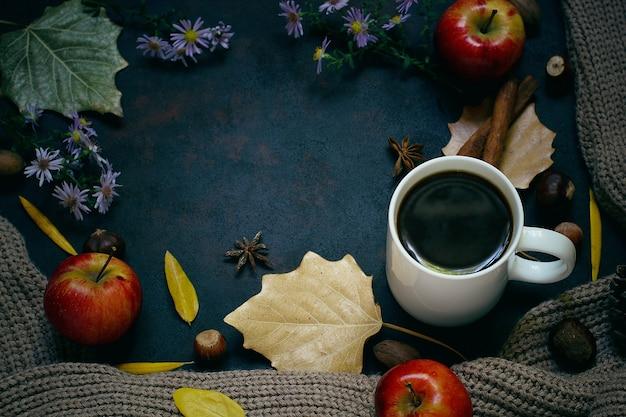 Otoño, hojas de otoño, una taza de café humeante y una bufanda o chaqueta cálida. estacional, café de la mañana, domingo relajante y concepto de naturaleza muerta. Foto gratis