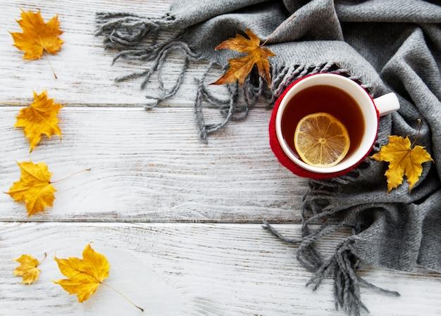 Otoño plano con taza de té y hojas. Foto Premium
