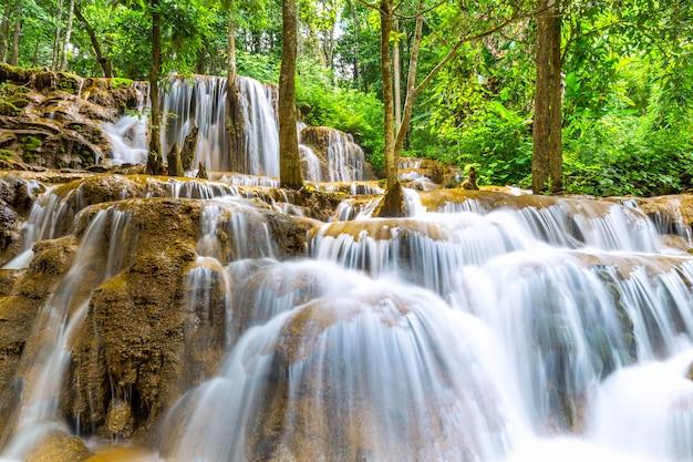 Pa wai waterfall, hermosa cascada en la selva tropical, provincia de tak, tailandia Foto Premium