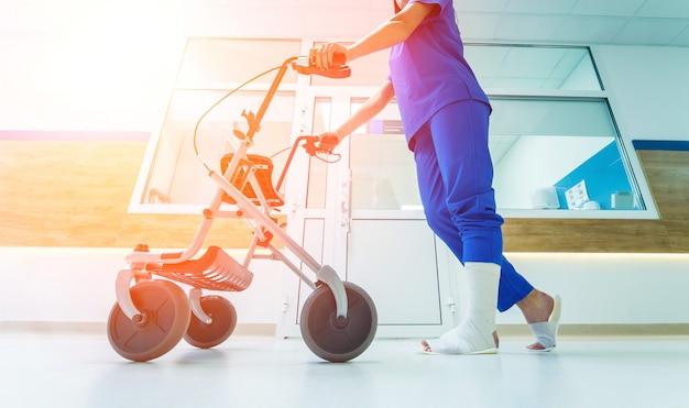 Paciente en andador con frenos de mano en movimiento en el hospital Foto Premium