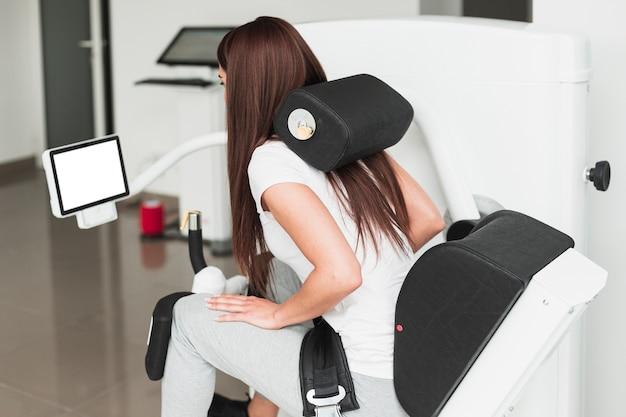 Paciente femenino con dispositivo médico Foto gratis