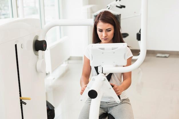 Paciente femenino con máquina médica Foto gratis