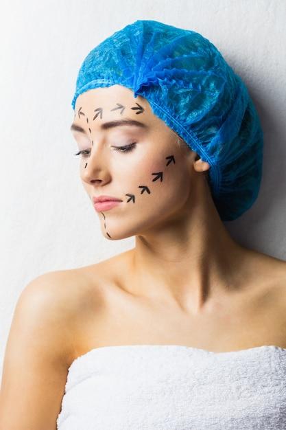 Paciente joven tranquilo con líneas punteadas en la cara Foto Premium
