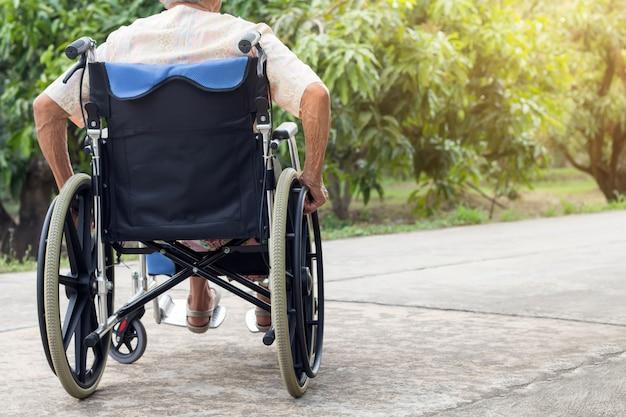 Paciente mayor o mayor asiático de la mujer de la señora mayor en la silla de ruedas en la casa delantera Foto Premium
