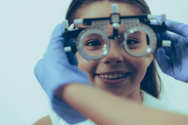 Paciente de niña pequeña en examen óptico en clínica Foto Premium
