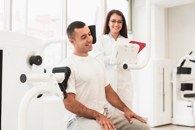 Paciente tomando un freno después del ejercicio médico Foto gratis