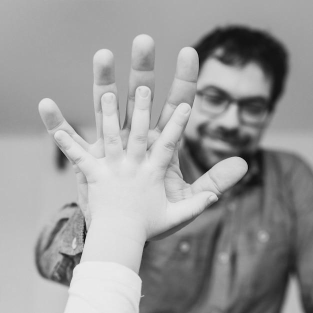 Padre celebrando el día del padre con su hija Foto gratis