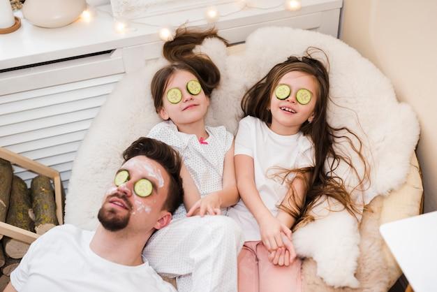 Padre celebrando el día del padre con sus hijas Foto gratis