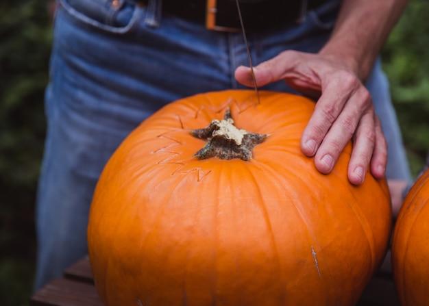 Padre y dos hija talla calabaza para halloween Foto Premium