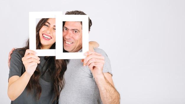 Padre e hija con marcos abrazando | Descargar Fotos gratis