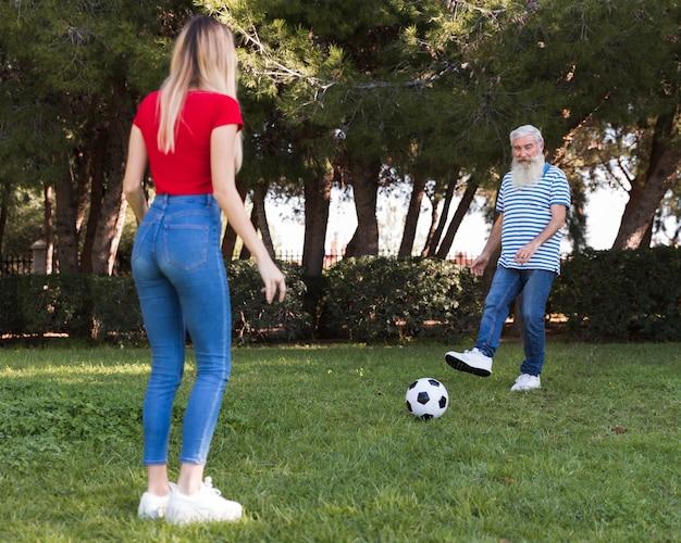 Padre e hija jugando futbol Foto gratis