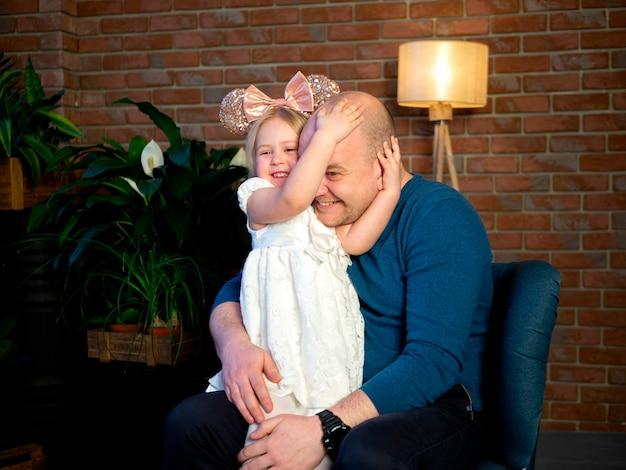 Padre e hija jugando juntos en casa. concepto del día del padre. Foto Premium