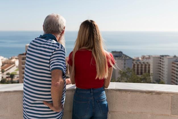Padre e hija mirando la ciudad Foto gratis