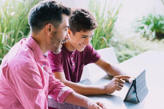 Padre e hijo felices en el día del padre Foto Premium